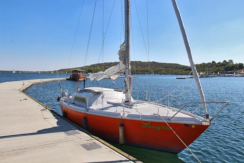 Segelschiff an der Marina Braunsbedra im Geiseltalsee